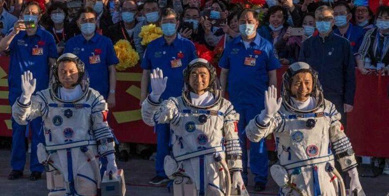 Китай запускает первый экипаж из трех человек на свою новую космическую станцию